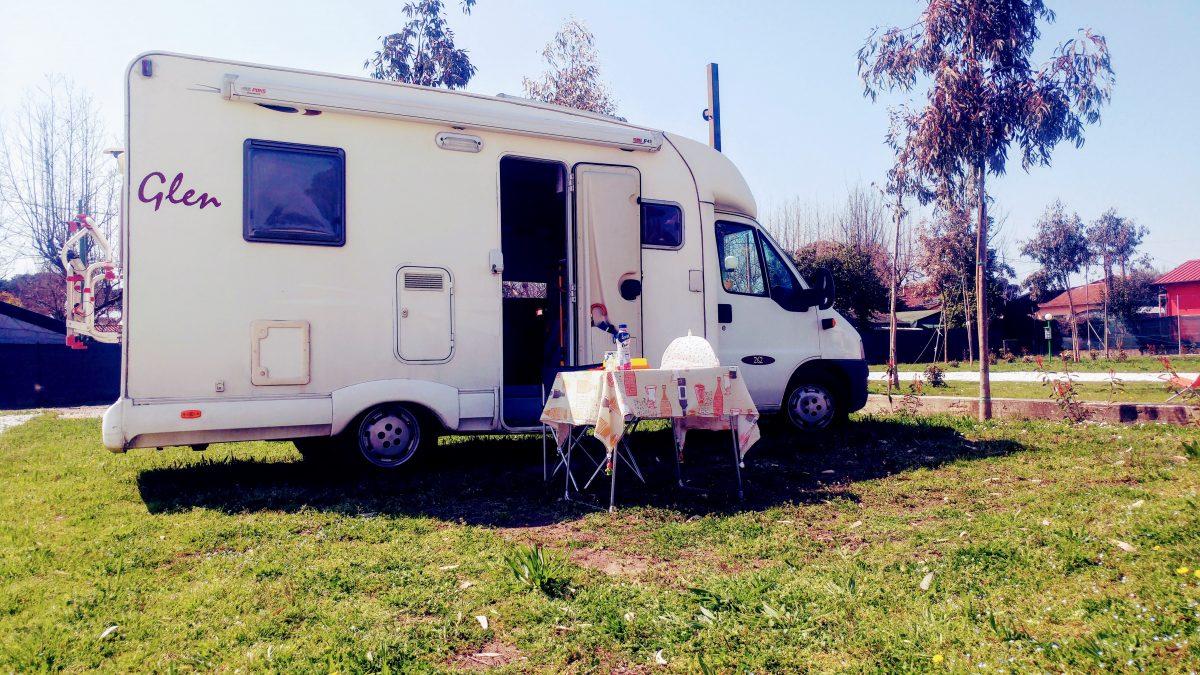 La carica dei 20 euro a notte in camper, in caravan o in tenda.